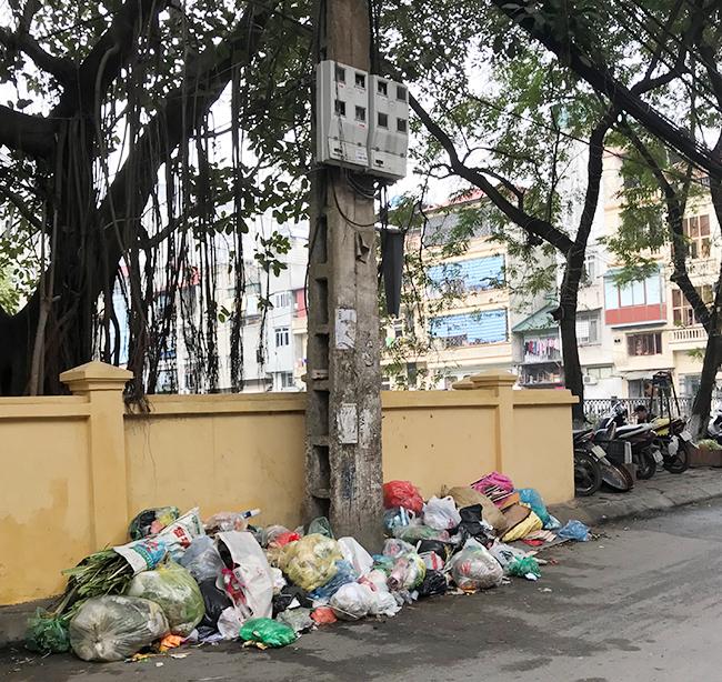 """Phát hoảng với những """"núi rác"""" bốc mùi xú uế khắp phố phường Hà Nội - 18"""