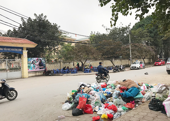 """Phát hoảng với những """"núi rác"""" bốc mùi xú uế khắp phố phường Hà Nội - 19"""