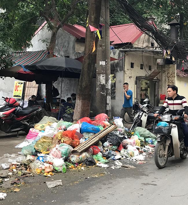 """Phát hoảng với những """"núi rác"""" bốc mùi xú uế khắp phố phường Hà Nội - 16"""