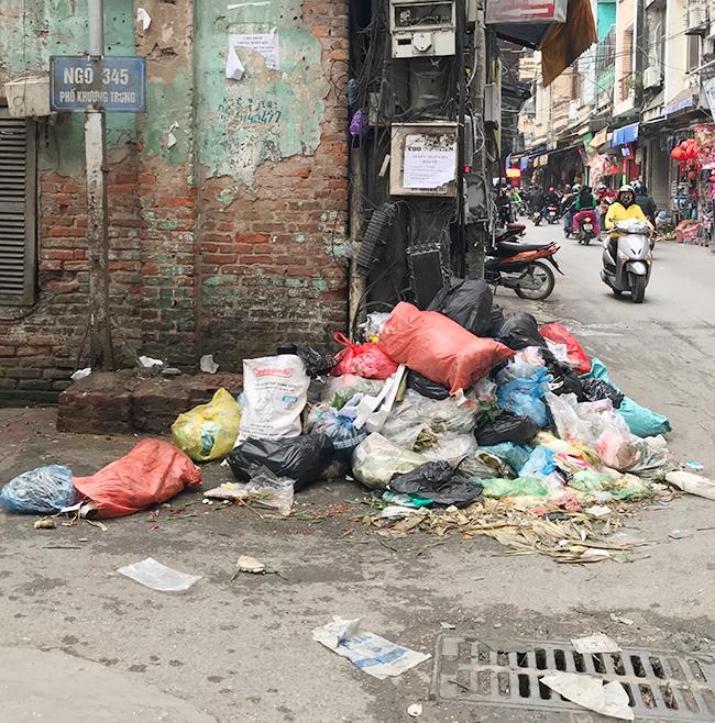 """Phát hoảng với những """"núi rác"""" bốc mùi xú uế khắp phố phường Hà Nội - 17"""