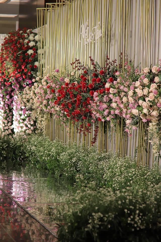 Vân Navy mặc váy đính 999 bông hồng lên xe hoa với chồng doanh nhân - 6