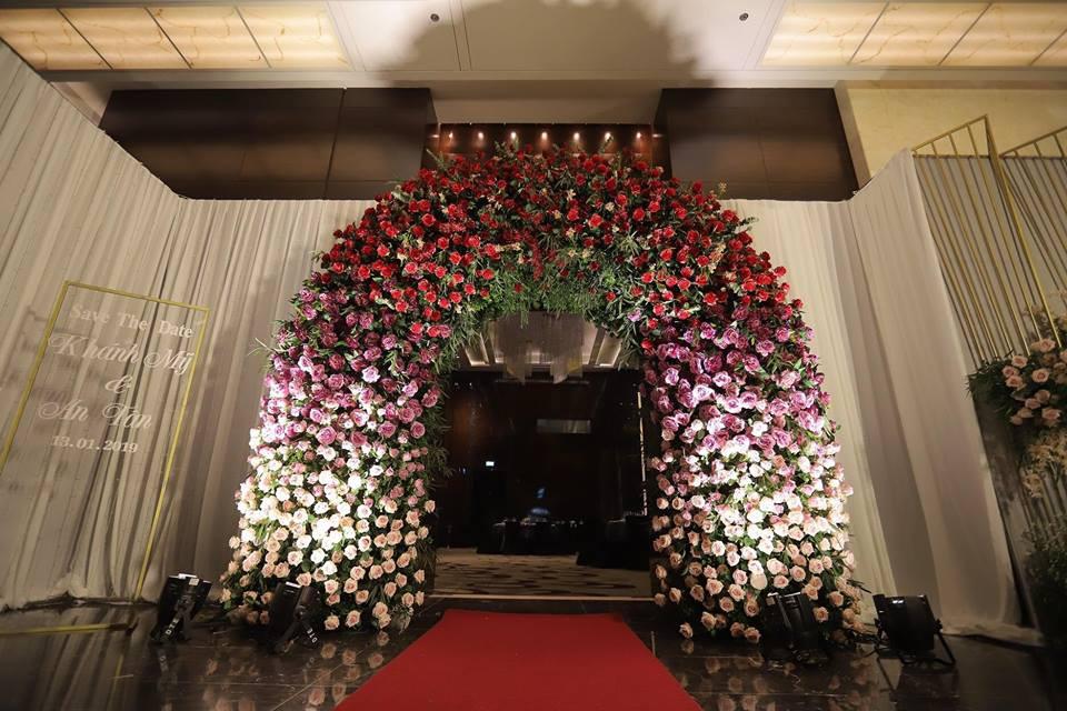 Vân Navy mặc váy đính 999 bông hồng lên xe hoa với chồng doanh nhân - 4