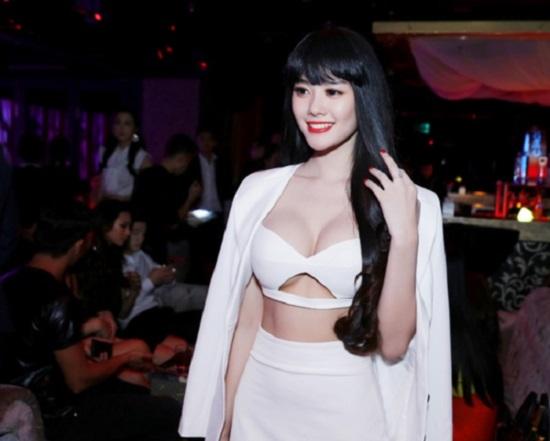 """Nín thở vì váy chật như sắp rách của """"siêu mẫu sexy nhất Việt Nam"""""""