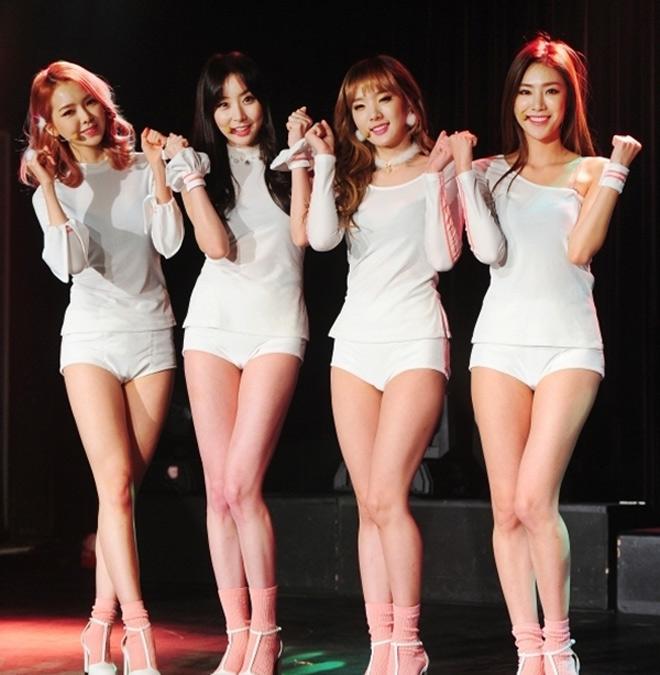 Nhóm nhạc nữ Hàn gây bão dư luận vì mặc sườn xám lộ nội y