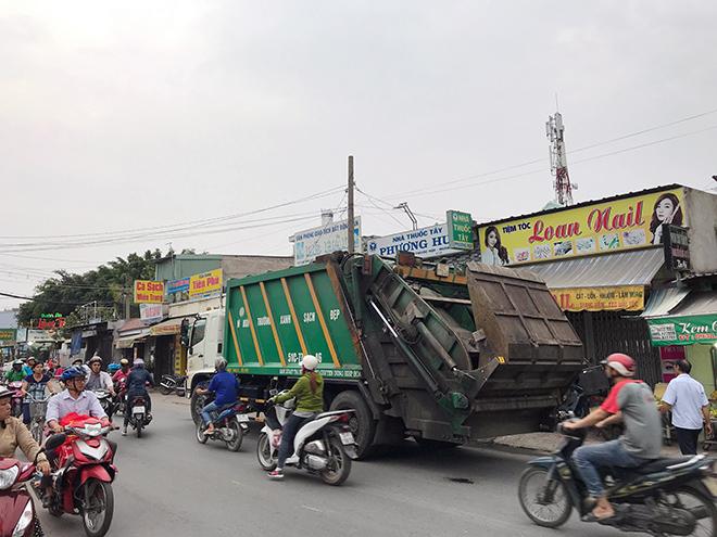 """""""Đụng"""" xe chở rác trên phố Sài Gòn, hai thanh niên tử vong - 2"""