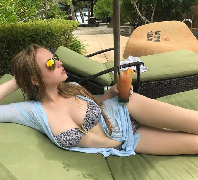 Instagram của Oksana Neveselaya cập nhật nhiều hình ảnh khoe dáng với bikini.