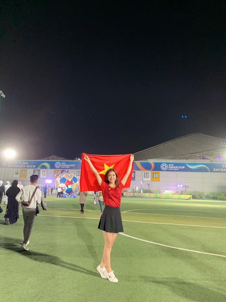 Nữ MC diện bikini bình luận bóng đá xinh đẹp trên khán đài trận VN - Yemen - 2