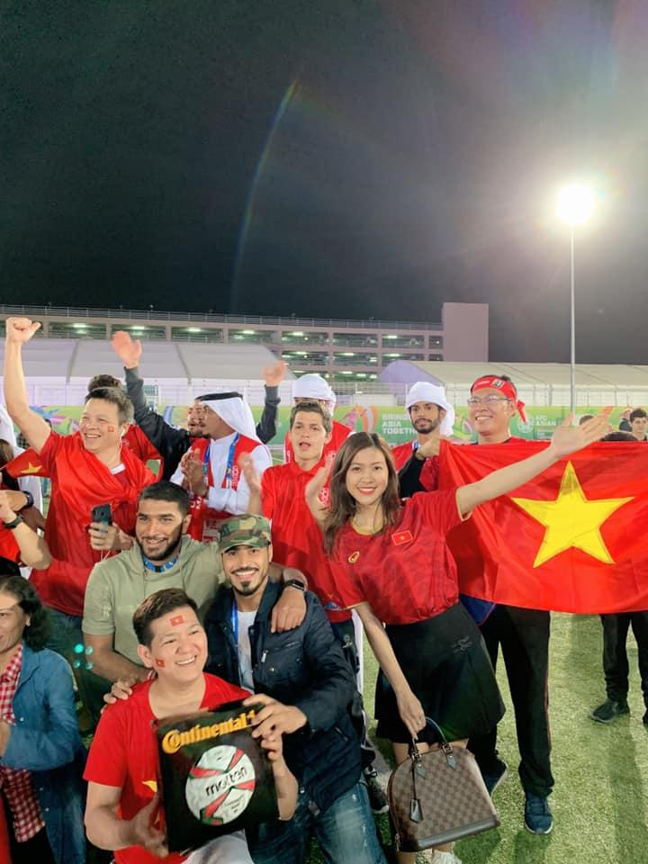 Nữ MC diện bikini bình luận bóng đá xinh đẹp trên khán đài trận VN - Yemen - 3