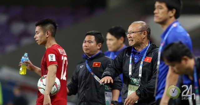 Công Phượng bảo vệ Quang Hải, thầy Park nổi cáu