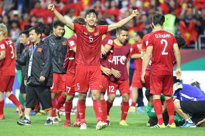 Chùm ảnh Việt Nam vỡ òa thắng Jordan: Văn Lâm bị đồng đội 'hạ knock-out' - 1
