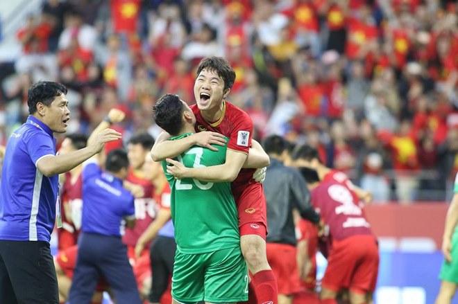 Chùm ảnh Việt Nam vỡ òa thắng Jordan: Văn Lâm bị đồng đội 'hạ knock-out' - 2