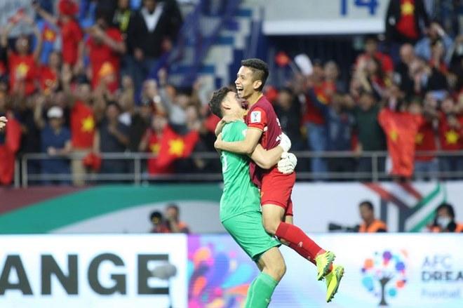Chùm ảnh Việt Nam vỡ òa thắng Jordan: Văn Lâm bị đồng đội 'hạ knock-out' - 6