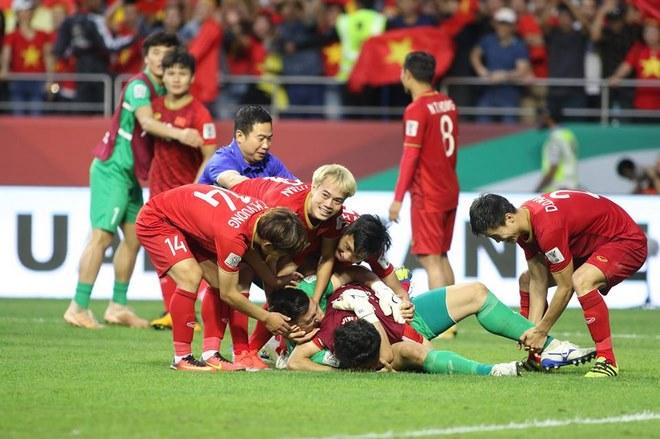 Chùm ảnh Việt Nam vỡ òa thắng Jordan: Văn Lâm bị đồng đội 'hạ knock-out' - 7