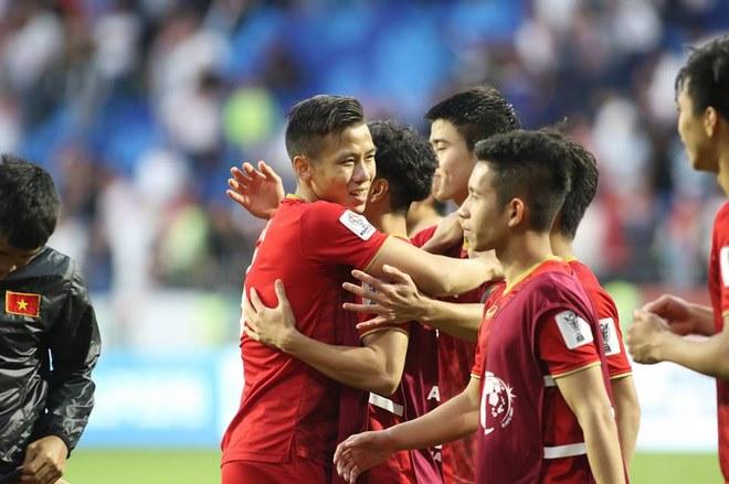 Chùm ảnh Việt Nam vỡ òa thắng Jordan: Văn Lâm bị đồng đội 'hạ knock-out' - 8