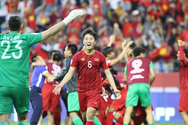 Chùm ảnh Việt Nam vỡ òa thắng Jordan: Văn Lâm bị đồng đội 'hạ knock-out' - 9