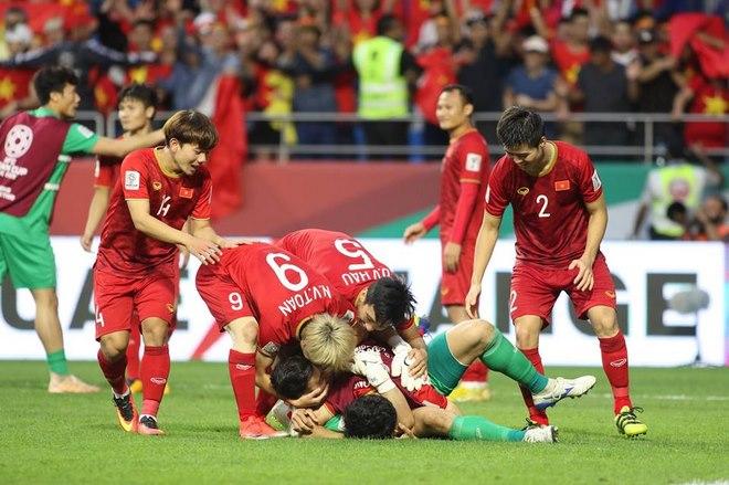 Chùm ảnh Việt Nam vỡ òa thắng Jordan: Văn Lâm bị đồng đội 'hạ knock-out' - 10