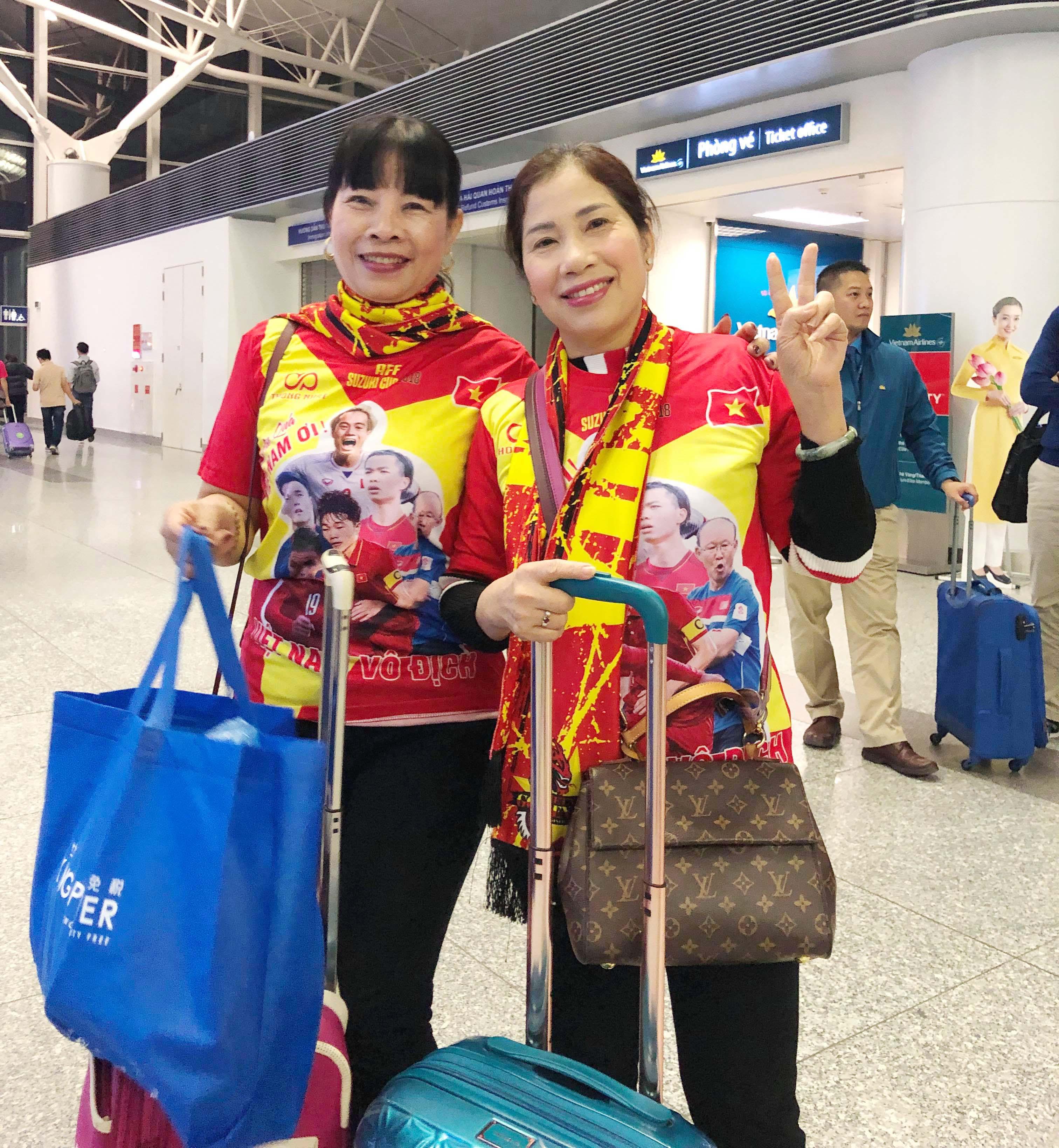 """Fan """"nhuộm đỏ"""" sân bay Tân Sơn Nhất sang UAE """"tiếp lửa"""" cho tuyển Việt Nam - 2"""