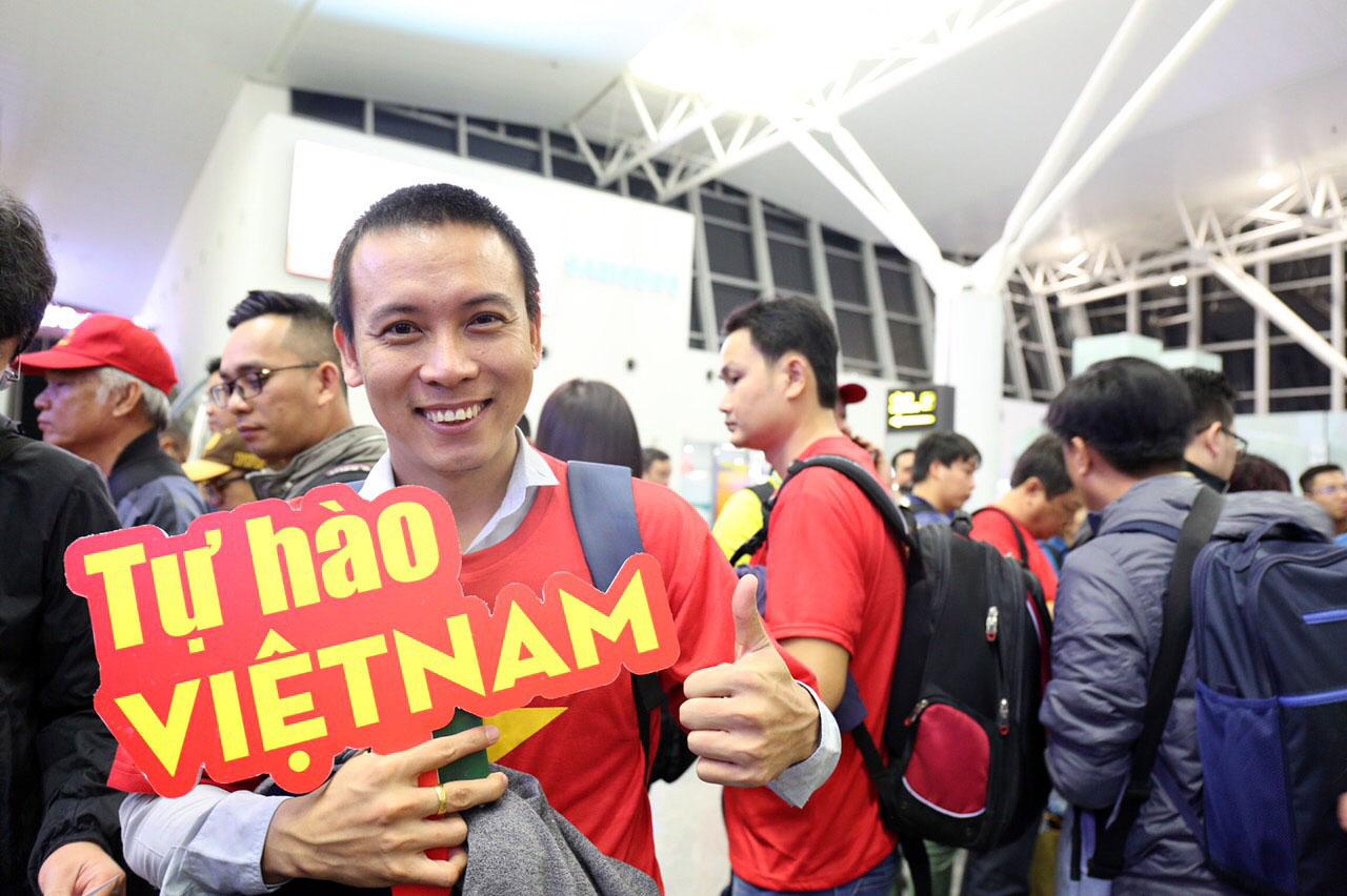 """Fan """"nhuộm đỏ"""" sân bay Tân Sơn Nhất sang UAE """"tiếp lửa"""" cho tuyển Việt Nam - 8"""