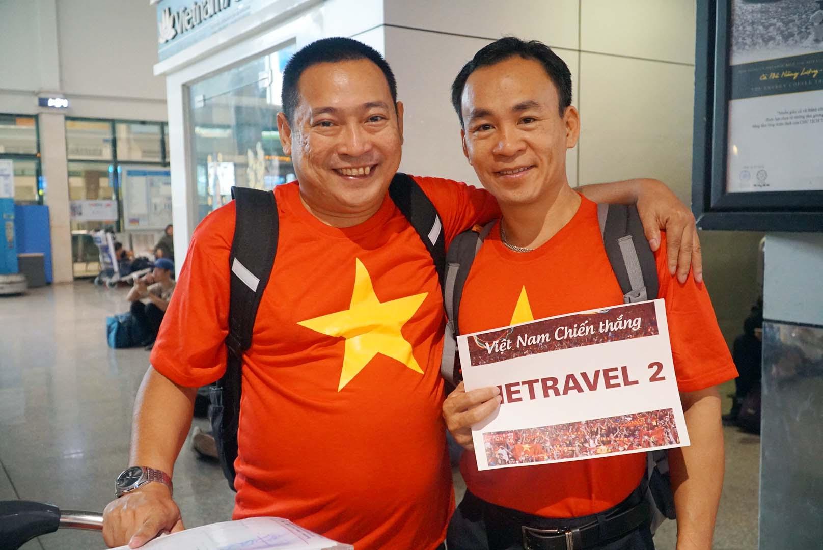 """Fan """"nhuộm đỏ"""" sân bay Tân Sơn Nhất sang UAE """"tiếp lửa"""" cho tuyển Việt Nam - 6"""