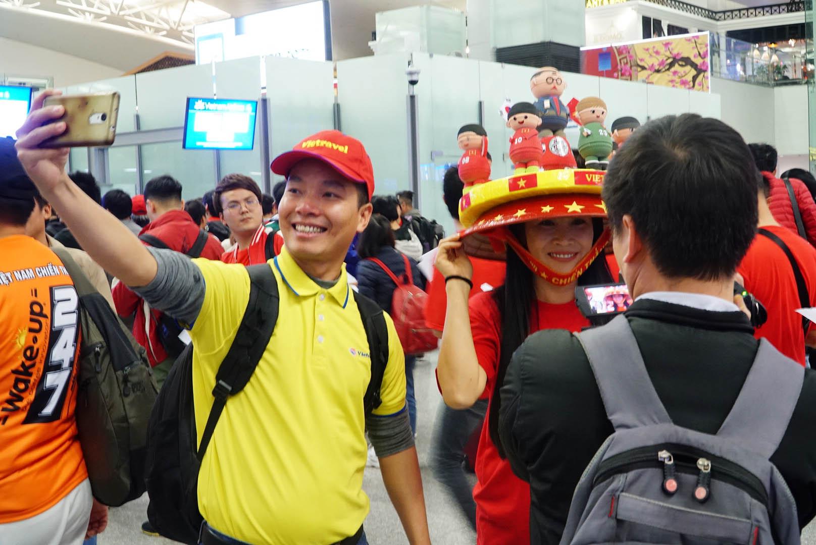 """Fan """"nhuộm đỏ"""" sân bay Tân Sơn Nhất sang UAE """"tiếp lửa"""" cho tuyển Việt Nam - 7"""