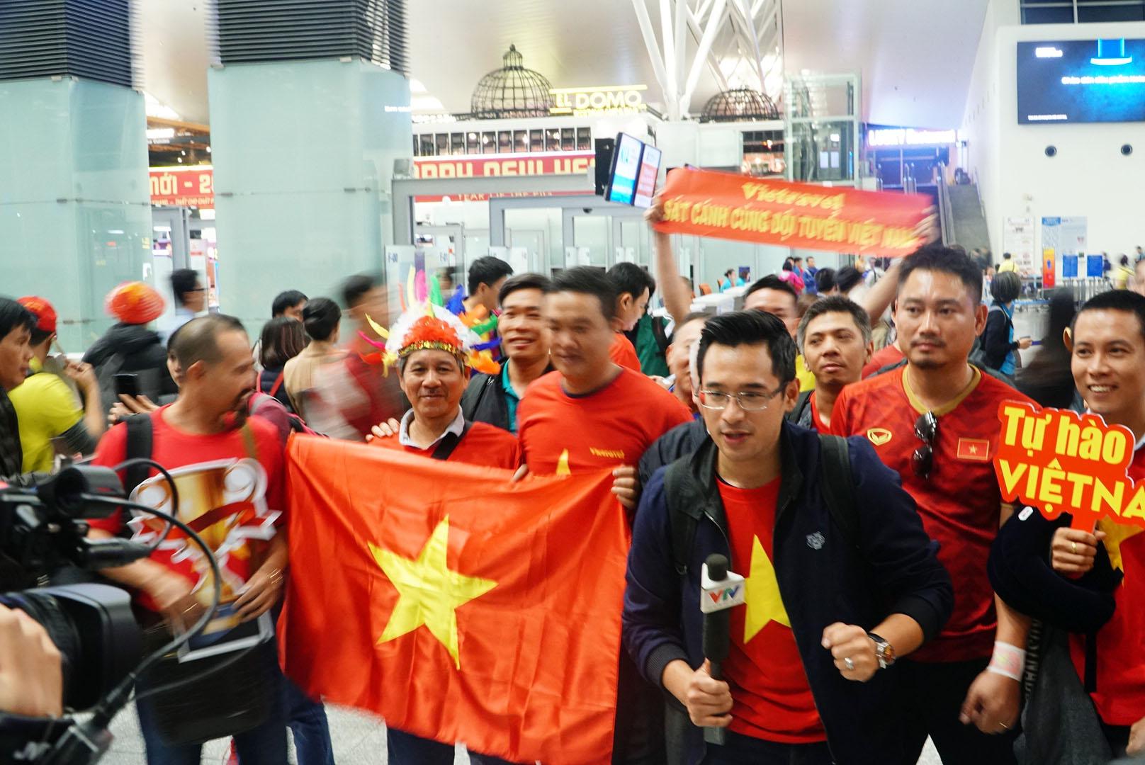 """Fan """"nhuộm đỏ"""" sân bay Tân Sơn Nhất sang UAE """"tiếp lửa"""" cho tuyển Việt Nam - 4"""