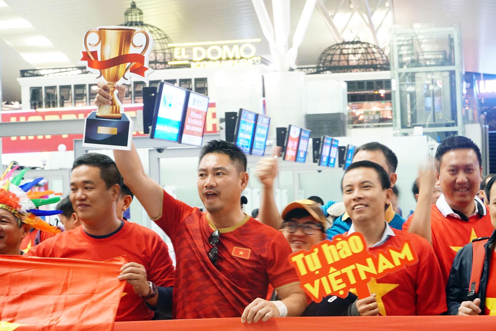 """Fan """"nhuộm đỏ"""" sân bay Tân Sơn Nhất sang UAE """"tiếp lửa"""" cho tuyển Việt Nam - 5"""