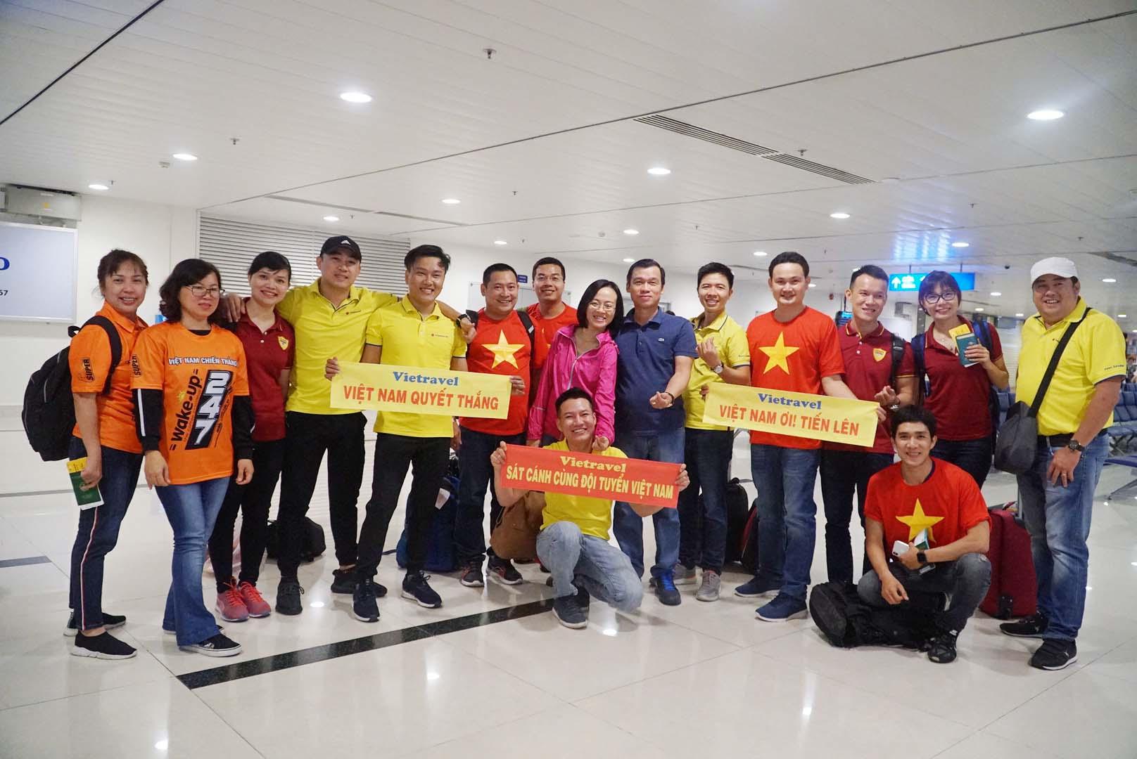 """Fan """"nhuộm đỏ"""" sân bay Tân Sơn Nhất sang UAE """"tiếp lửa"""" cho tuyển Việt Nam - 10"""