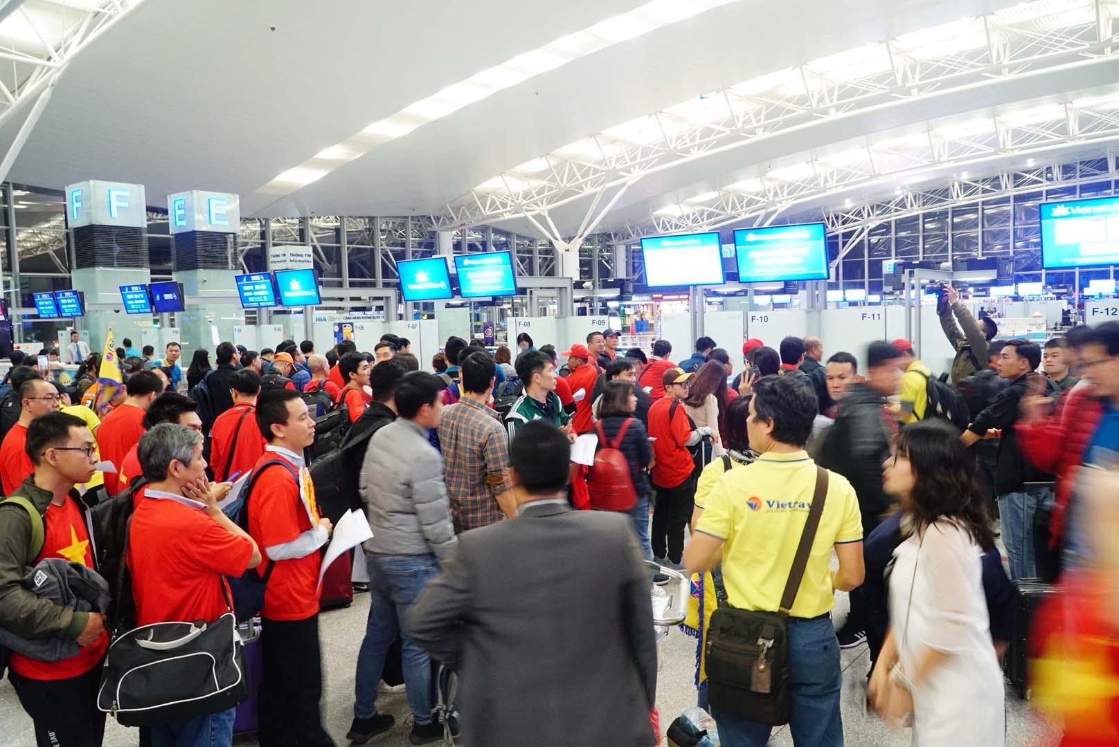 """Fan """"nhuộm đỏ"""" sân bay Tân Sơn Nhất sang UAE """"tiếp lửa"""" cho tuyển Việt Nam - 12"""