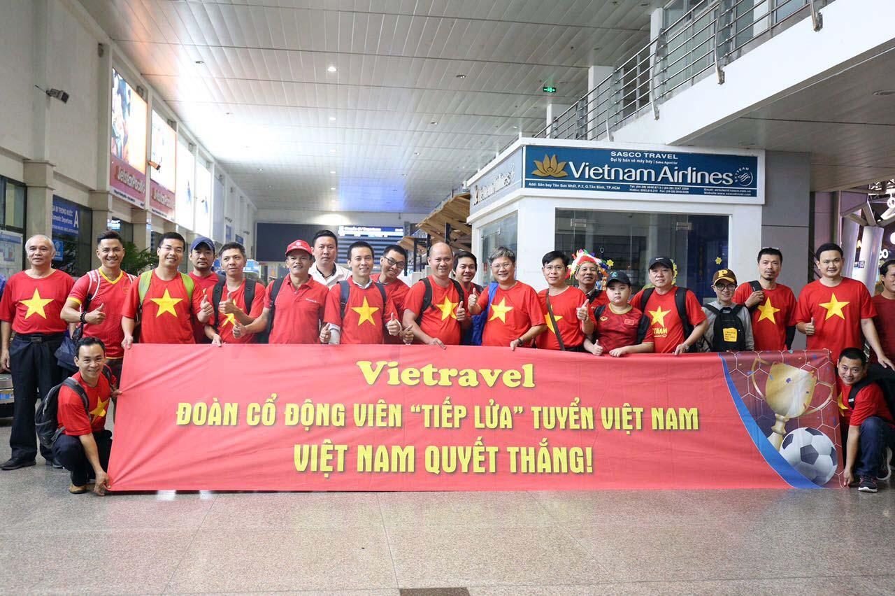 """Fan """"nhuộm đỏ"""" sân bay Tân Sơn Nhất sang UAE """"tiếp lửa"""" cho tuyển Việt Nam - 9"""