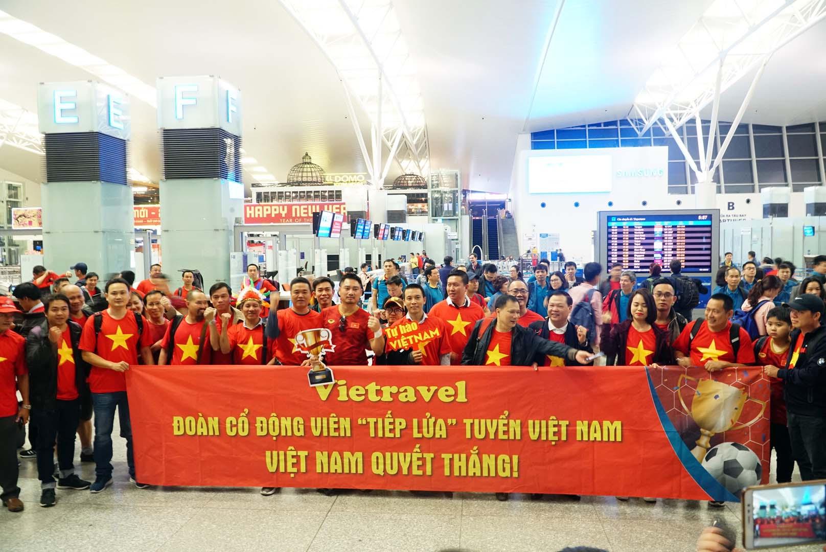 """Fan """"nhuộm đỏ"""" sân bay Tân Sơn Nhất sang UAE """"tiếp lửa"""" cho tuyển Việt Nam - 11"""