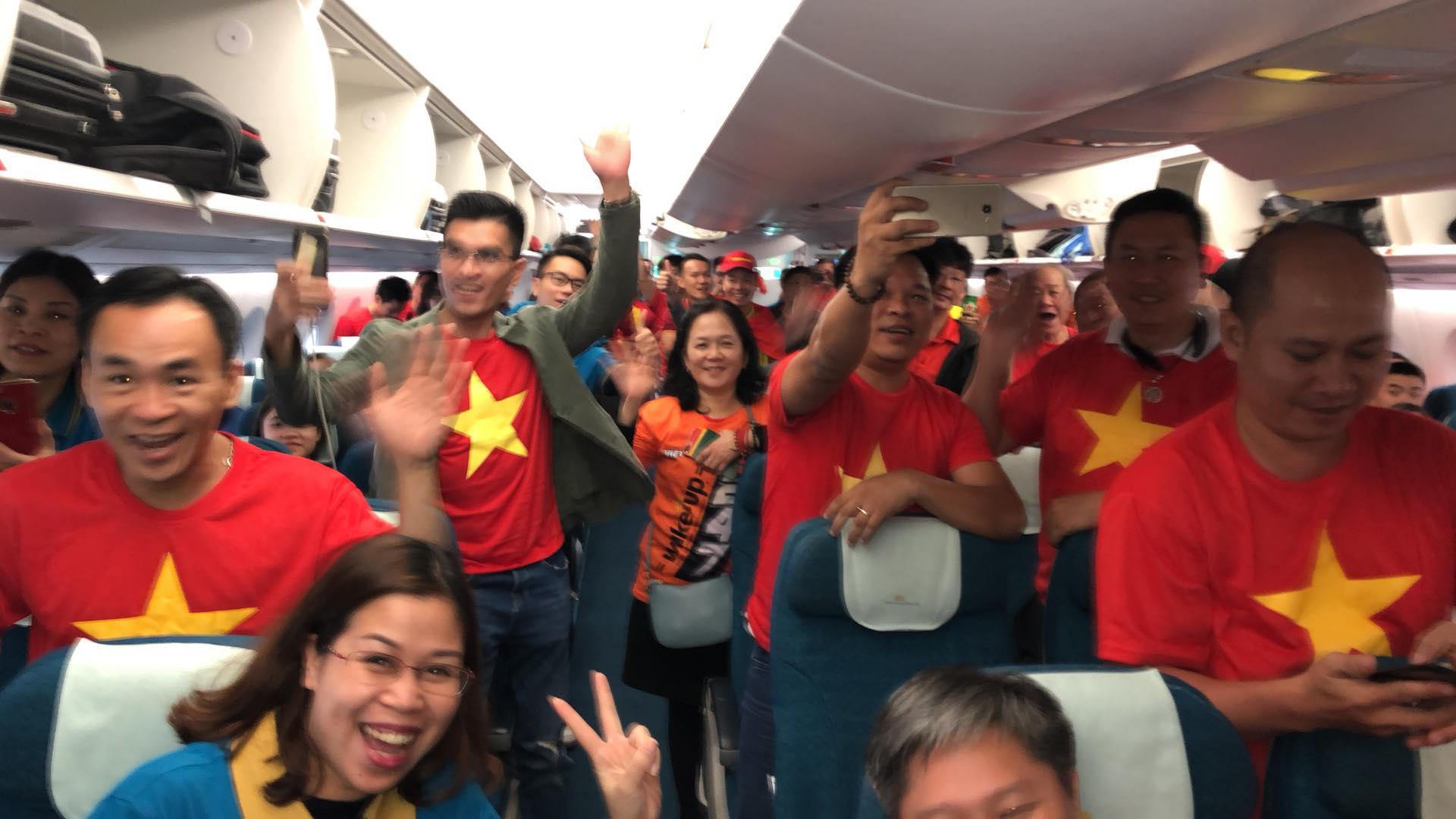 """Fan """"nhuộm đỏ"""" sân bay Tân Sơn Nhất sang UAE """"tiếp lửa"""" cho tuyển Việt Nam - 15"""