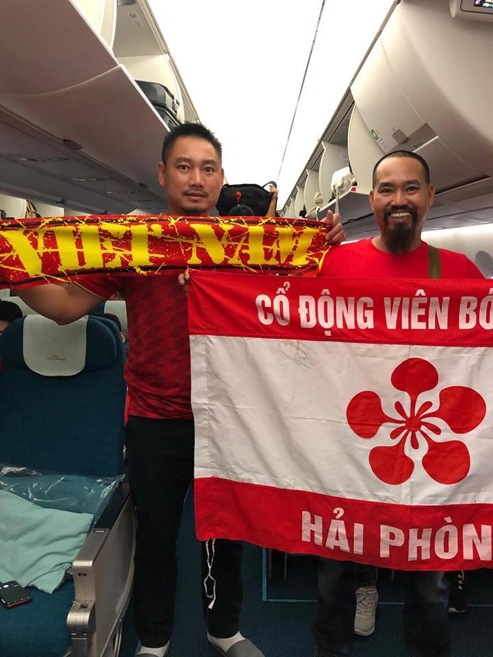 """Fan """"nhuộm đỏ"""" sân bay Tân Sơn Nhất sang UAE """"tiếp lửa"""" cho tuyển Việt Nam - 13"""