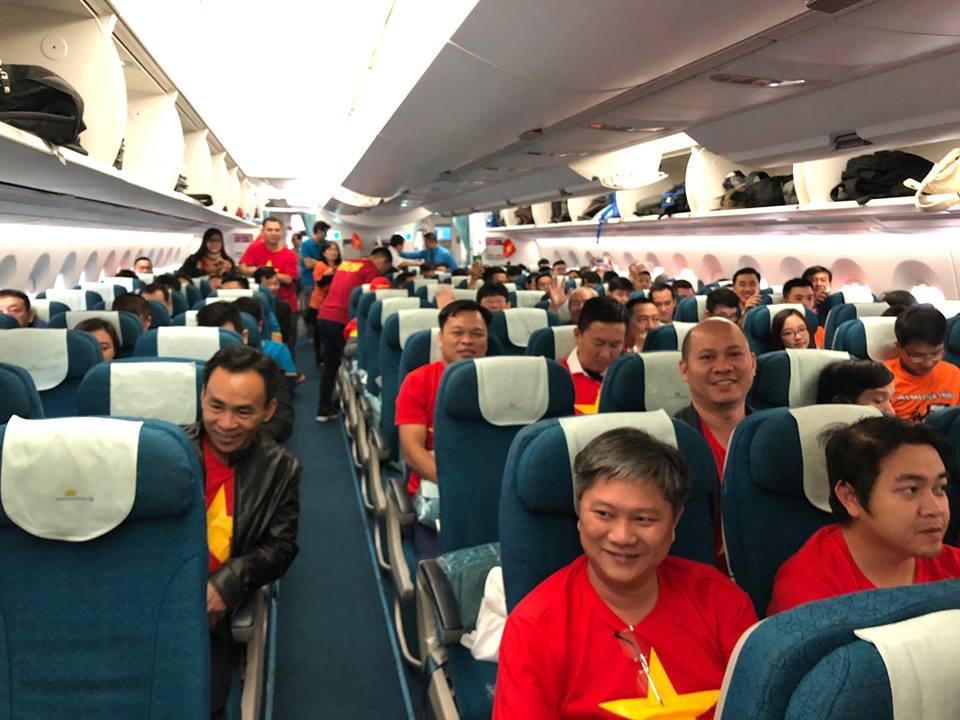 """Fan """"nhuộm đỏ"""" sân bay Tân Sơn Nhất sang UAE """"tiếp lửa"""" cho tuyển Việt Nam - 14"""