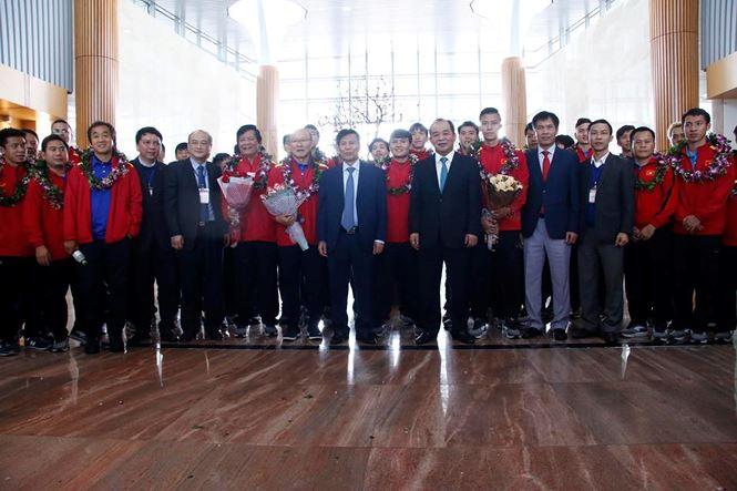 HLV Park Hang Seo và học trò rạng rỡ ngày về Việt Nam - 11