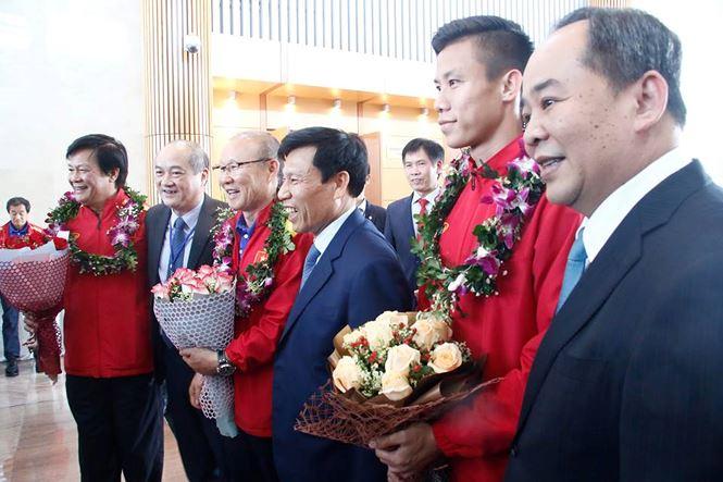 HLV Park Hang Seo và học trò rạng rỡ ngày về Việt Nam - 13