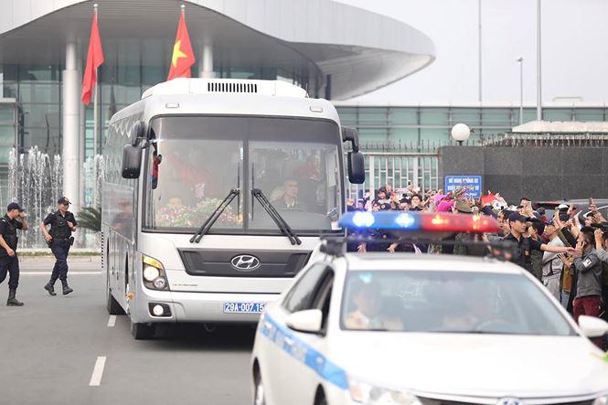 HLV Park Hang Seo và học trò rạng rỡ ngày về Việt Nam - 15