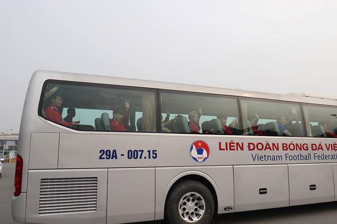 HLV Park Hang Seo và học trò rạng rỡ ngày về Việt Nam - 16