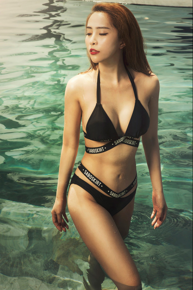 Người đẹp đi bơi bị lấy cắp khăn tắm ngoài đời nóng bỏng cỡ nào?