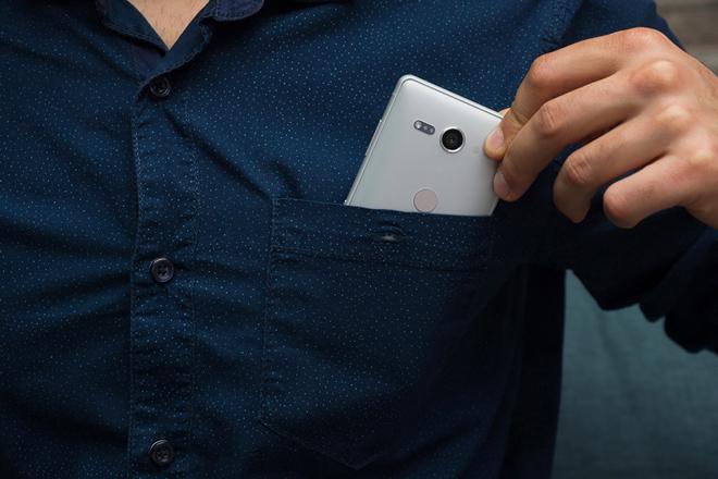 """Đây là những smartphone nhỏ nhưng có pin """"trâu"""" nhất - 1"""