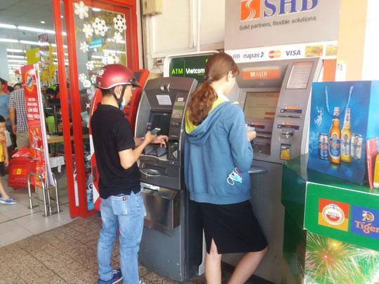 Chật vật rút tiền từ máy ATM ngày cận Tết - 1