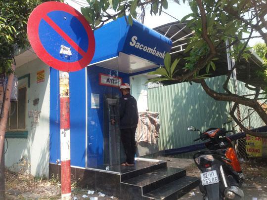Chật vật rút tiền từ máy ATM ngày cận Tết - 4