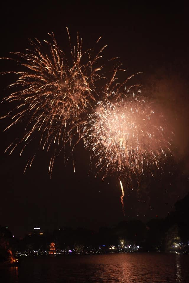 Pháo hoa sáng rực khắp mọi miền Tổ quốc, chào năm mới Kỷ Hợi 2019 - 4