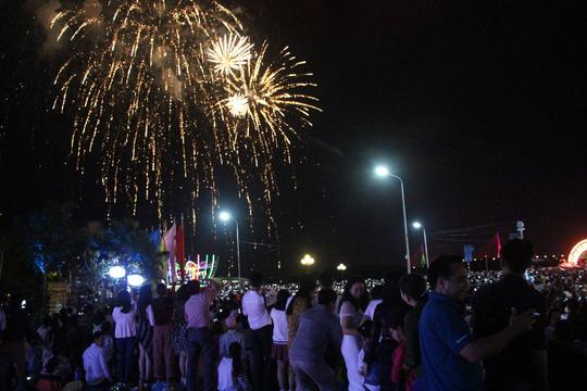 Pháo hoa sáng rực khắp mọi miền Tổ quốc, chào năm mới Kỷ Hợi 2019 - 8