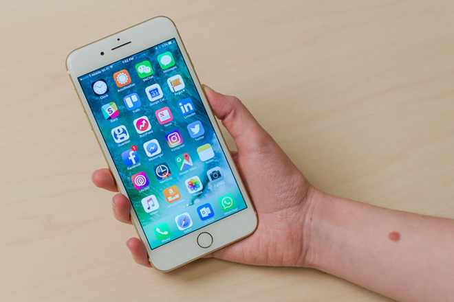 Nên mua iPhone 7 Plus hay Galaxy Note 8 chơi tết? - 1