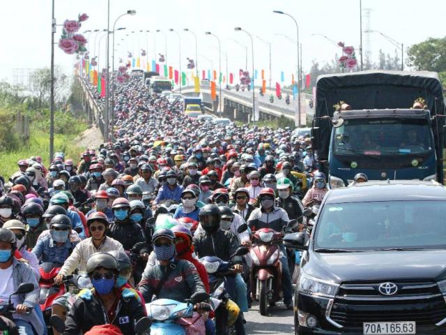 """Trở lại Sài Gòn sau Tết, người dân như """"hóa điên"""" vì kẹt xe"""