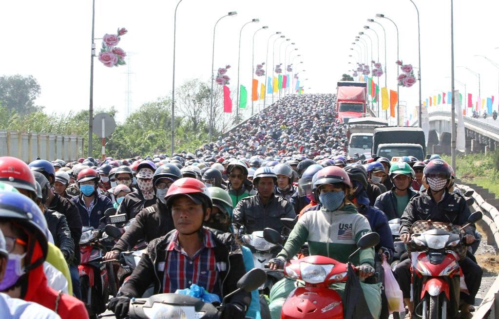 """Trở lại Sài Gòn sau Tết, người dân như """"hóa điên"""" vì kẹt xe - 1"""