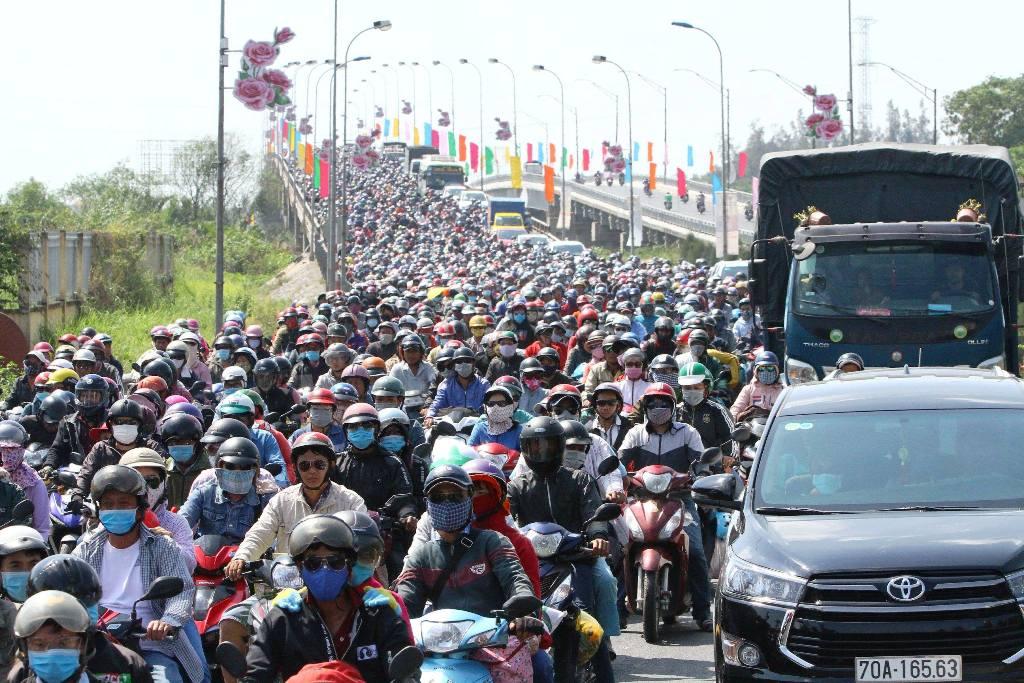 """Trở lại Sài Gòn sau Tết, người dân như """"hóa điên"""" vì kẹt xe - 4"""