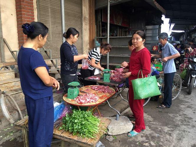 Rau xanh, hoa tươi ở Hà Nội rớt giá thê thảm sau Tết - 4