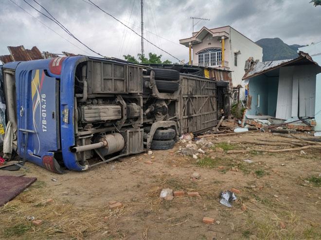 Ô tô khách gây tai nạn kinh hoàng ở Nha Trang, 35 người nhập viện cấp cứu - 1