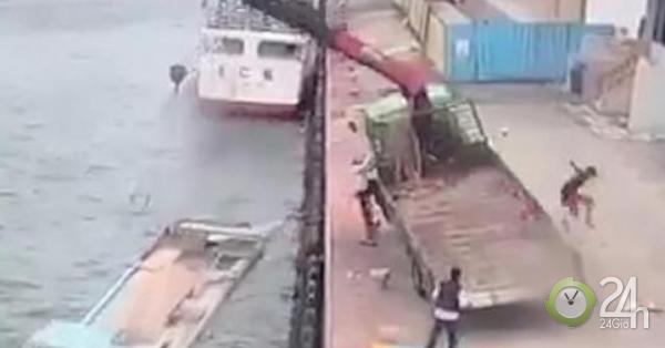 Xe cẩu bị gió thổi đổ lên người công nhân